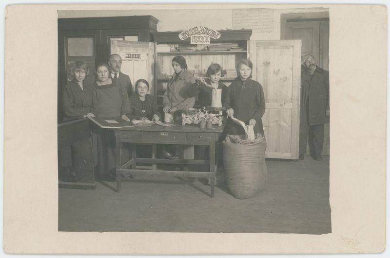 Uczennice Szkoły Handlowej z nauczycielem Edmundem Słowikiem