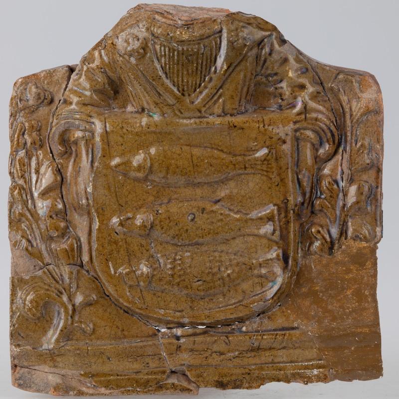 Kafel z herbem Korczbok i tarczownikiem