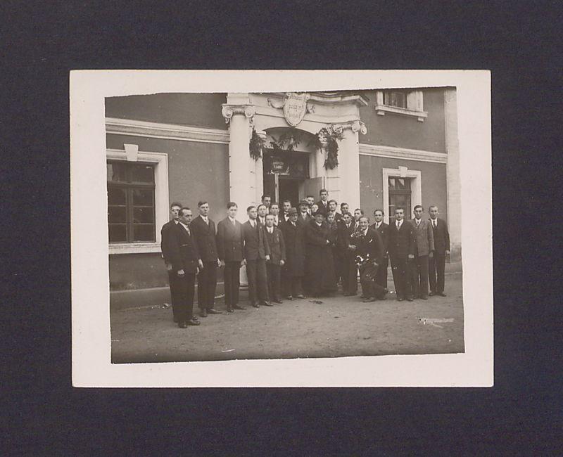 Przed gmachem Uniwersytetu Ludowego grupa uczniów i nauczycieli wita ks. dyr. Antoniego Ludwiczaka, dn. 20-12-1932