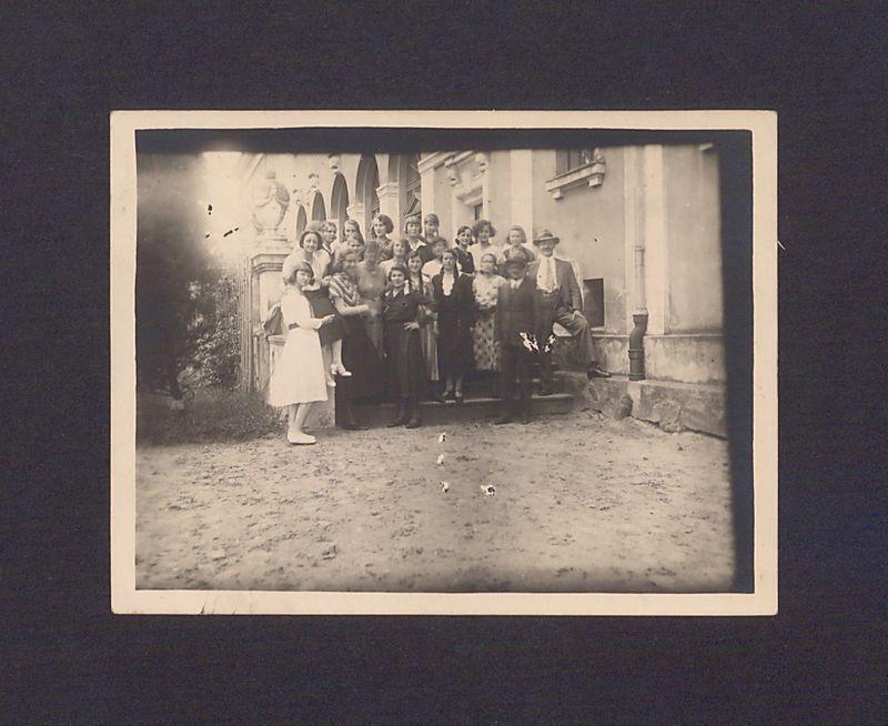 Grupa słuchaczy na schodach Uniwersytetu Ludowego w Dalkach pod Gnieznem.