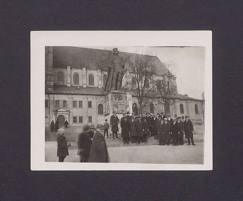 Wycieczka słuchaczy Uniwersytetu Ludowego w Dalkach przed pomnikiem  Bolesława Chrobrego w Gnieźnie.