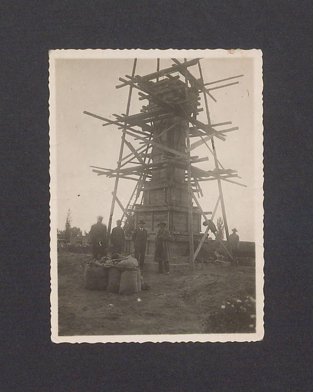 Budowa pomnika poświęconego powstańcom wielkopolskim.