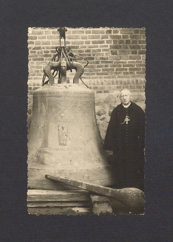 """Dzwon """"Wojciech"""" przed katedrą, tuż przed akcją zawieszania w północnej wieży. Obok dzwonu kardynał Antoni Laubitz."""