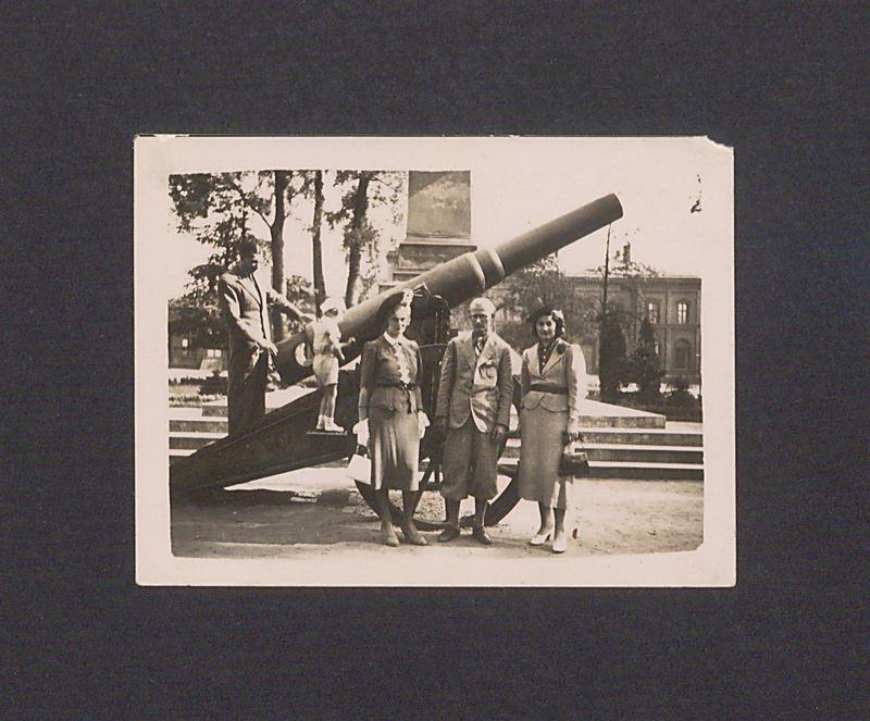 Rodzina wojskowa przed pomnikiem Poległych Bohaterów w parku przy dworcu kolejowym.