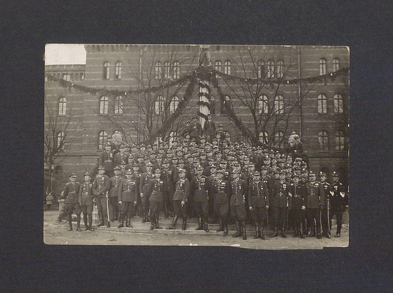 Orkiestra wojskowa 69 Pułku Piechoty przed koszarami przy ul. Sobieskiego.