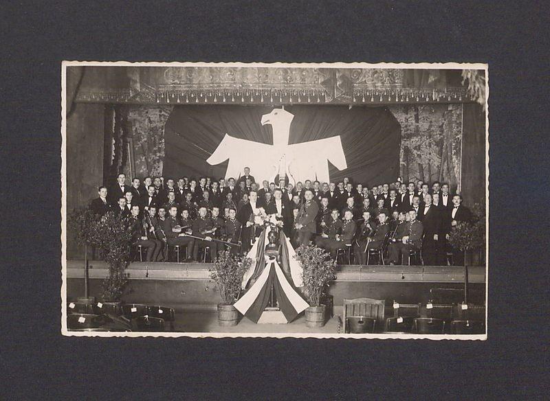 """Chór """"Dzwon"""" z orkiestrą wojskową 69 Pułku Piechoty."""