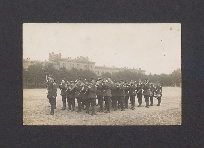 Żołnierze 69 Pułku Piechoty w dniu odsłonięcia gipsowej wersji pomnika Bolesława Chrobrego.
