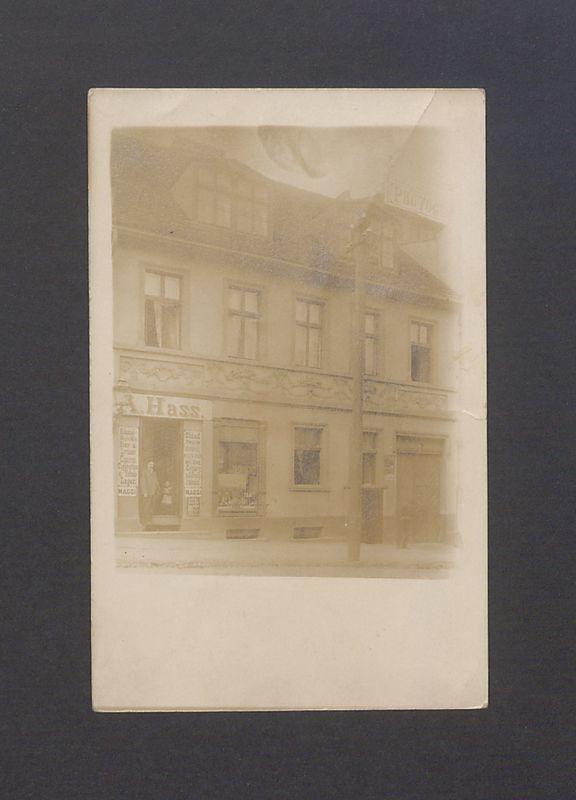 Budynek przy ul. Tumskiej 4, w tym sklep Albina Hassa.