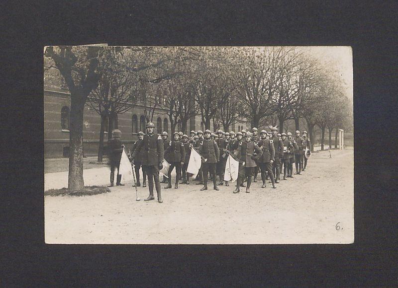 Orkiestra wojskowa 69 Pułku Piechoty przed koszarami przy ul. Wrzesińskiej.