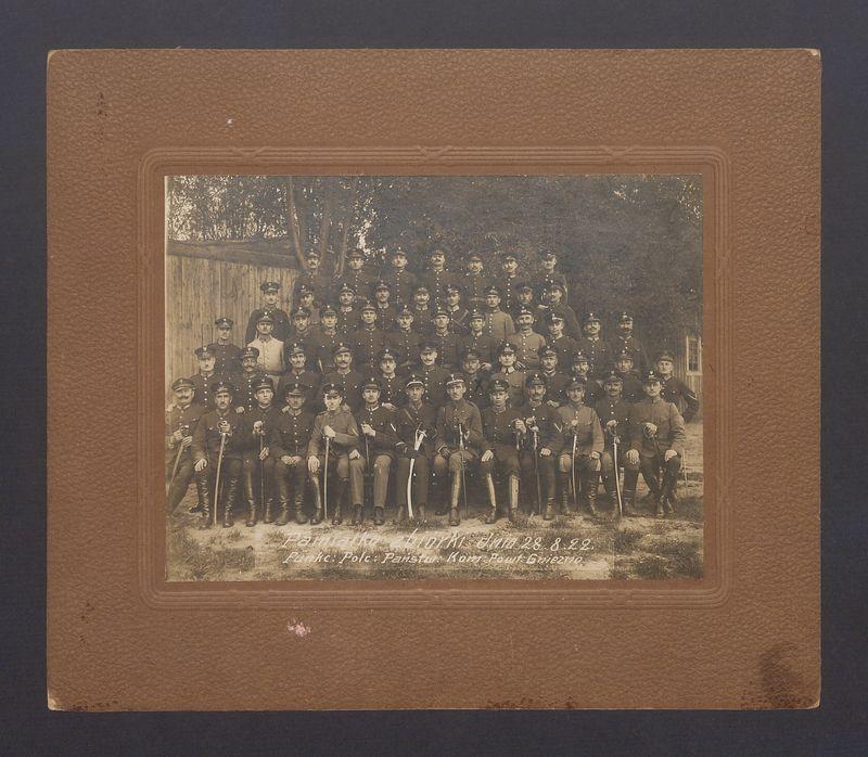 Pamiątka zbiórki 28-08-1922 r. funkcjonariuszy Policji Państwowej Komendy Powiatowej w Gnieźnie.