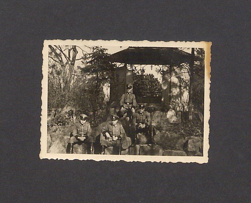 Niemieccy żołnierze przed altaną w Parku Miejskim.