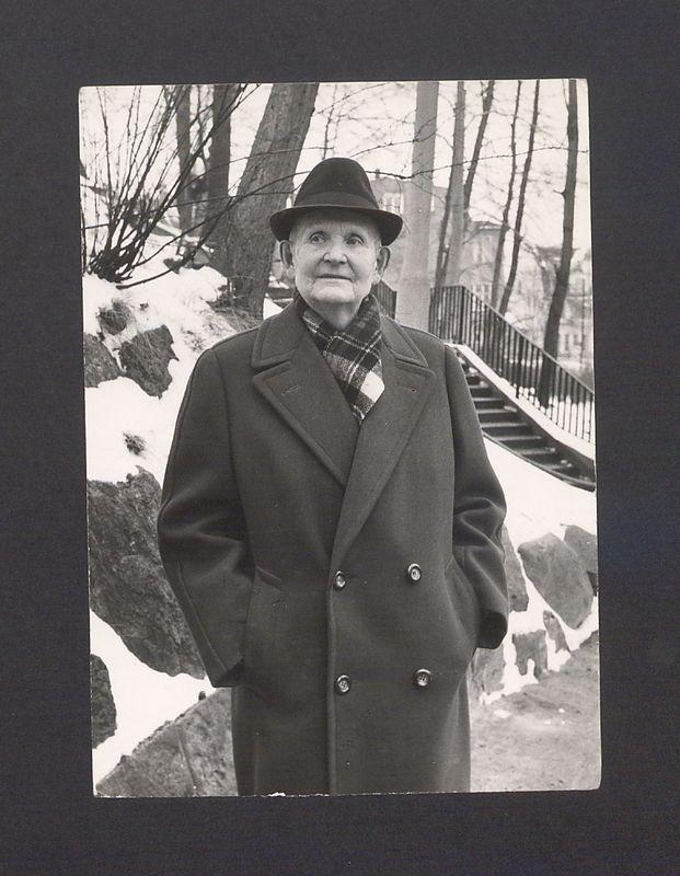 Prof. Bolesław Kasprowicz (junior) na spacerze.