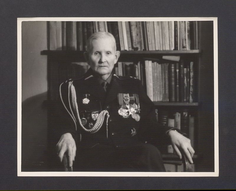 Portret prof Bolesława Kasprowicza (juniora) w galowym mundurze powstańca wielkopolskiego.