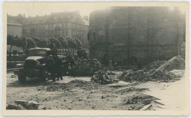 Rozbiórka spalonego domu przy Al. J. Stalina, Kalisz